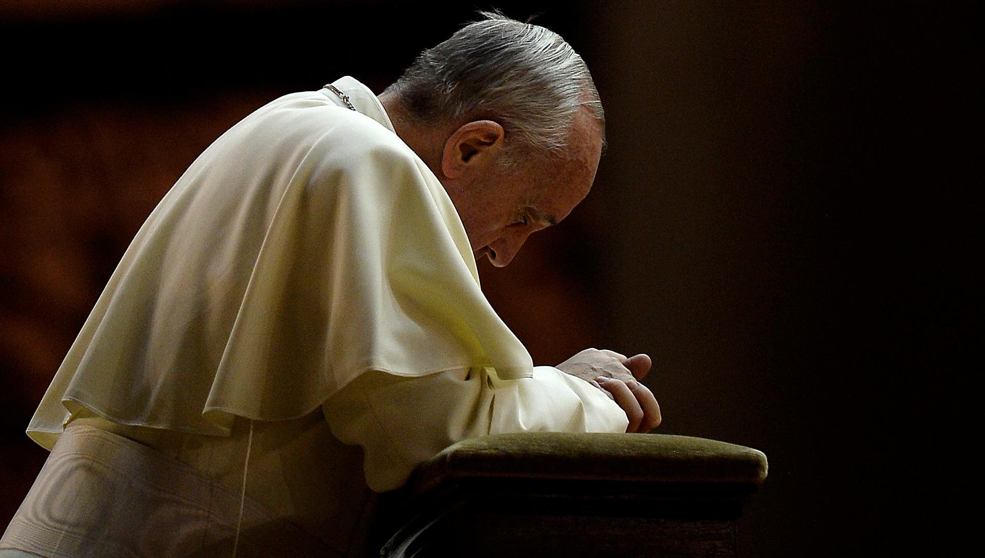 Risultati immagini per papa francesco prayer