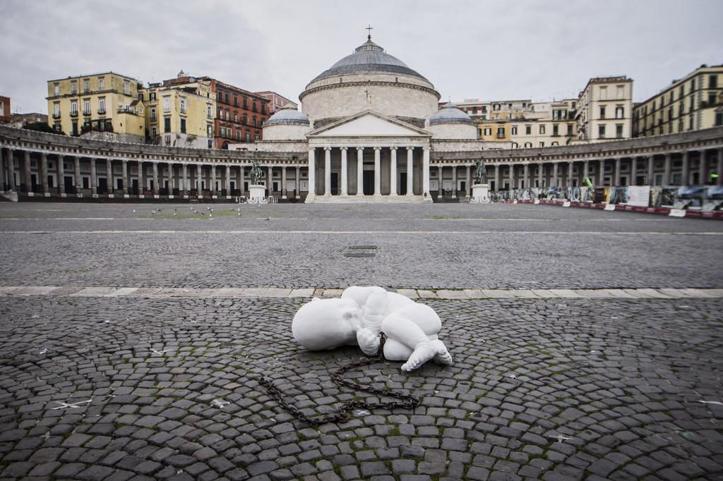 Jago, Look Down, 2020, Marmo, 200x100x100 cm, Piazza Plebiscito, Napoli.